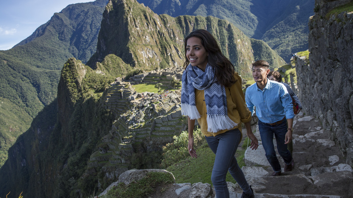Wide_large_peru_machu_picchu_travellers_exploring_-_mg6875_lg_rgb